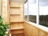 Небольшой балкон с деревянной отделкой