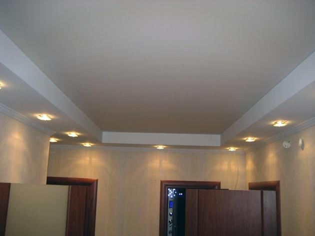 Как оформить потолок в гостиной