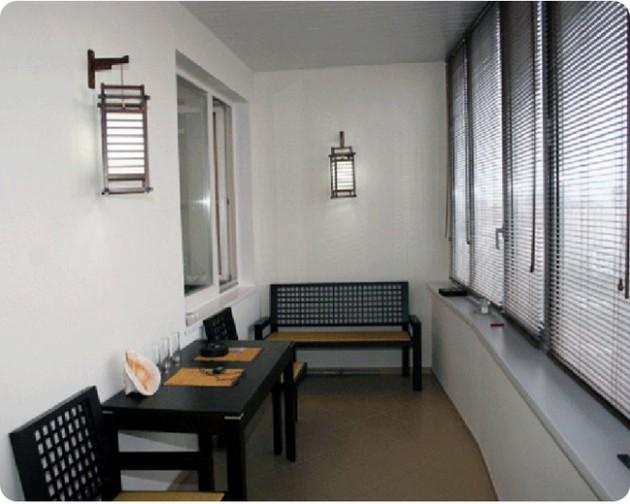 Обеденная зона на балконе