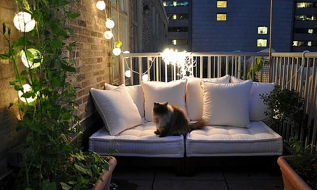 Гирлянды - оригинальное решение для освещения балкона