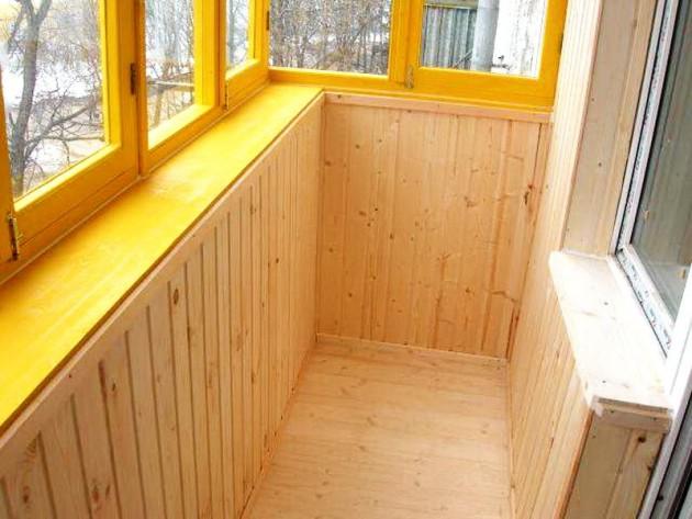 Отделка балкона из дерева