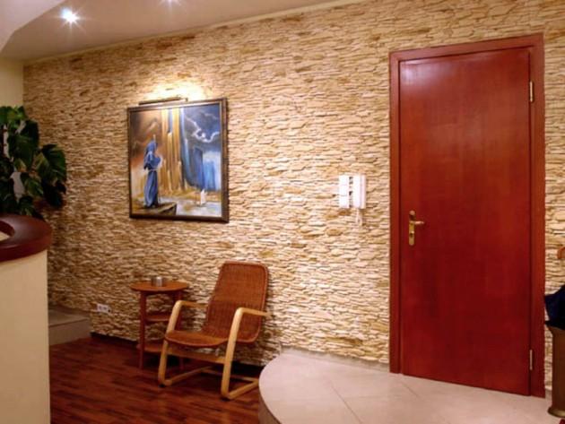отделка-стен-искусственным-камнем