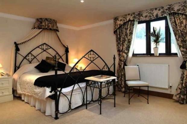 thumbs_impressive-gothic-bedroom-designs-21