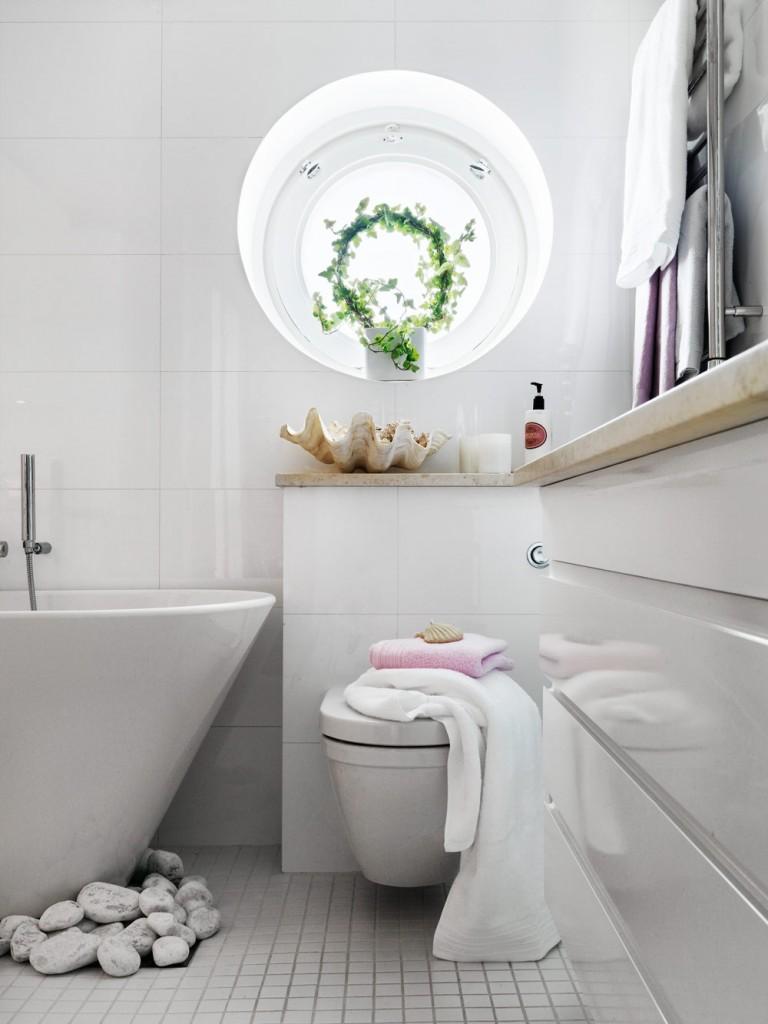 stylish-small-bathroom-with-an-unusual-decor-1