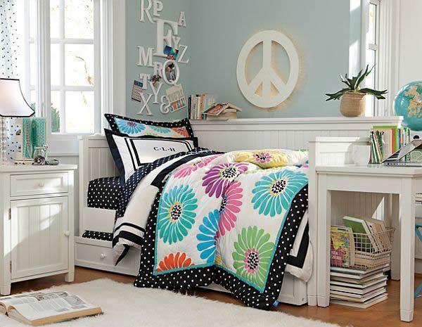 Идея спальни молодой девушки с красочными постельными принадлежностями