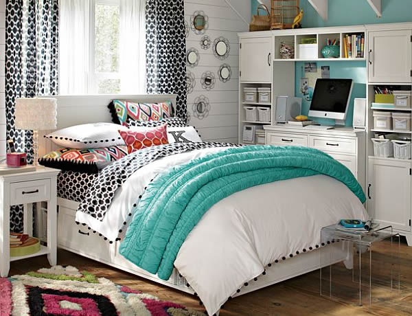 Спальня молодых девушек проектирует с бело-синими постельными принадлежностями