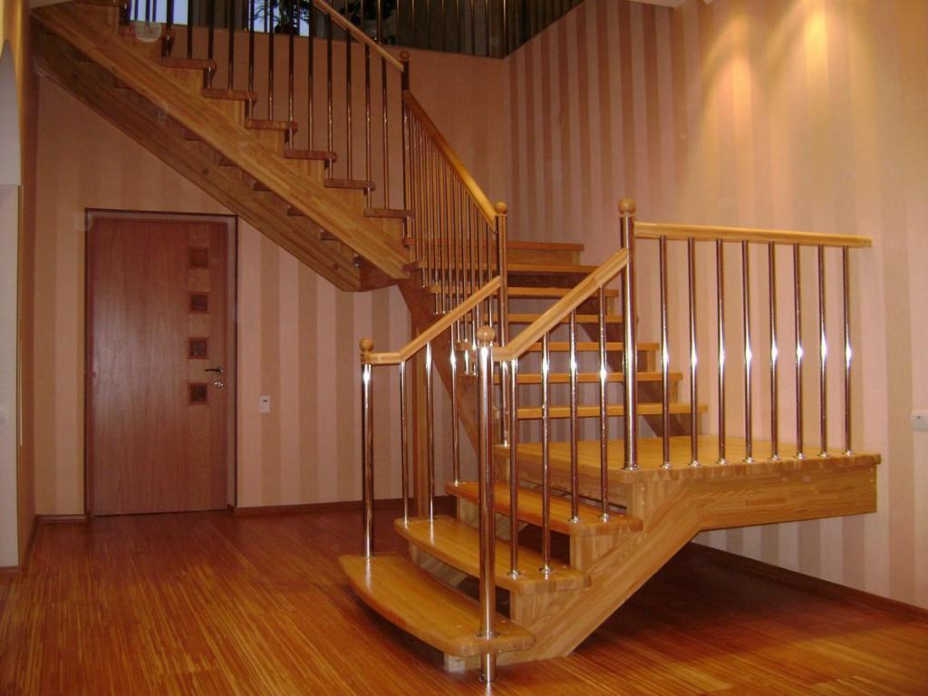 Деревянные лестницы хорошо подходят для дач и коттеджей