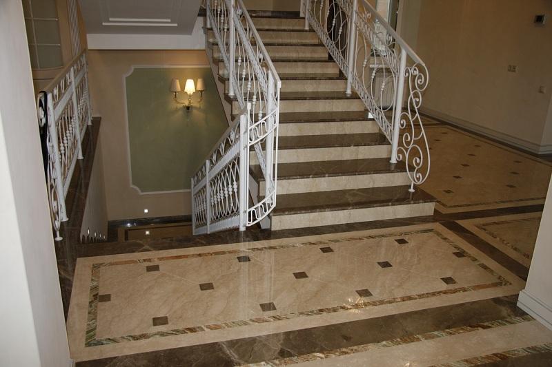 Гранитная лестница в интерьере