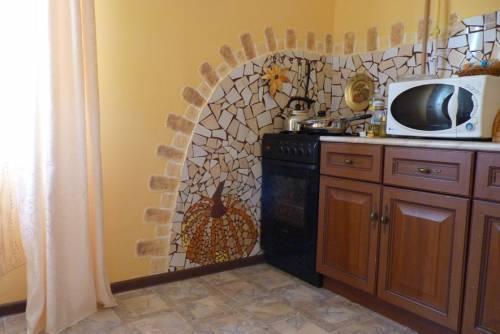 Оригинальный декор стены на кухне  камнем