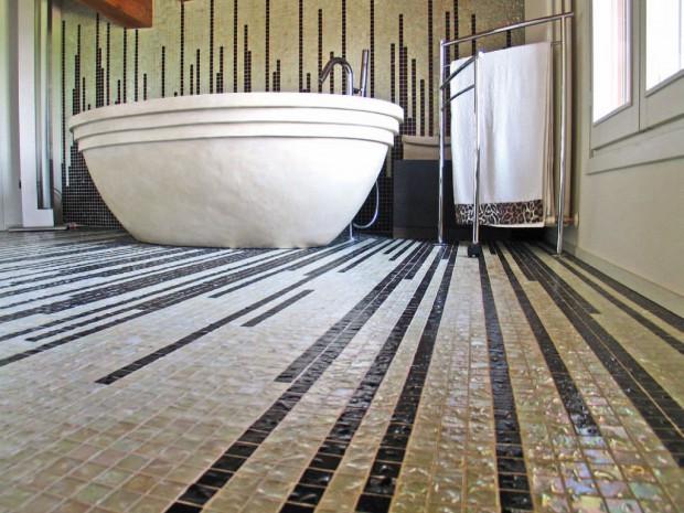 Мозаикой можно украсить не только стены, но и пол, что смотрится весьма гармонично