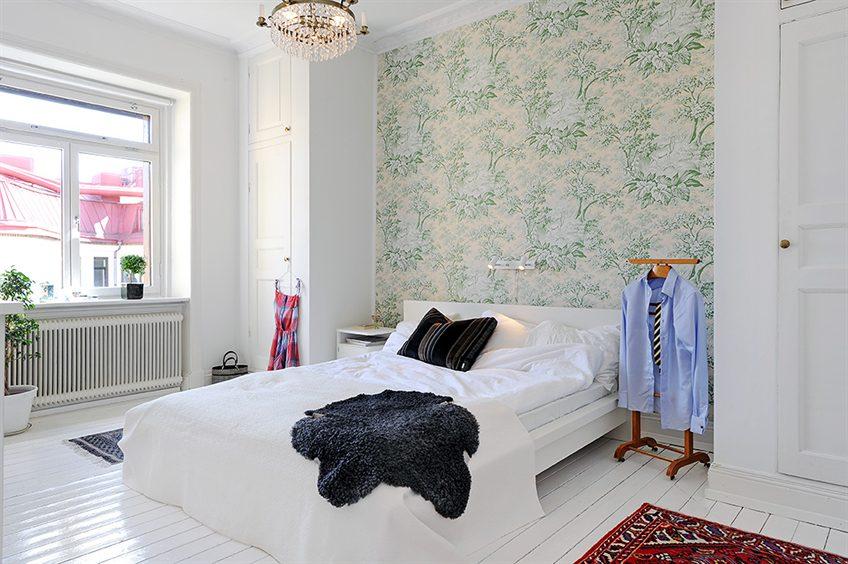комбинированных обоев в спальне в светлых тонах
