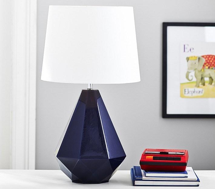 Многогранная лампа из стекла.