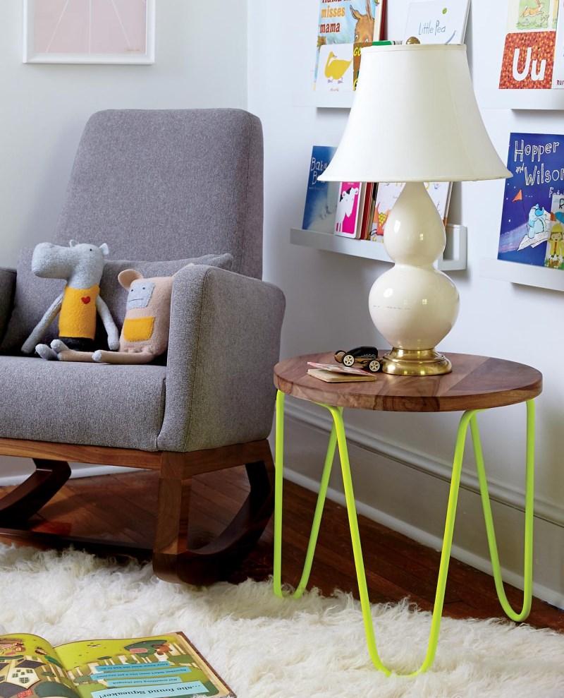 Неоновый желтый столик из дерева и металла.