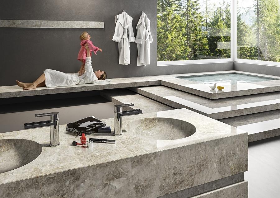 Использование натурального камня в интерьере – идеальное решение для современного дома. Камень отлично подойдет для изготовления бассейна, раковин, ванной, пола и стен в ванной комнате. Подобная дизайнерская идея не только украсит дом, но и обезопасит, благодаря уникальным бактерицидным и противомикробным свойствам камня.