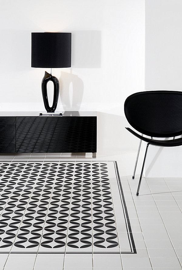 Черно-белая керамическая плитка с интересным современным узором.