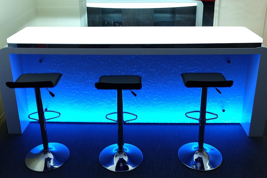 Синие светодиоды в качестве подсветки для стильного домашнего бара.