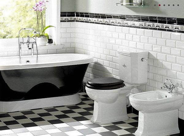 Шахматная плитка, которая отлично сочетается с ванной комнатой в белых и черных тонах.