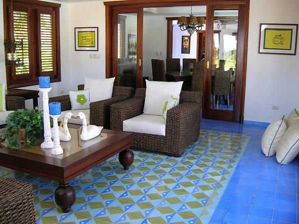 Разноцветная плитка из цемента в гостиной.