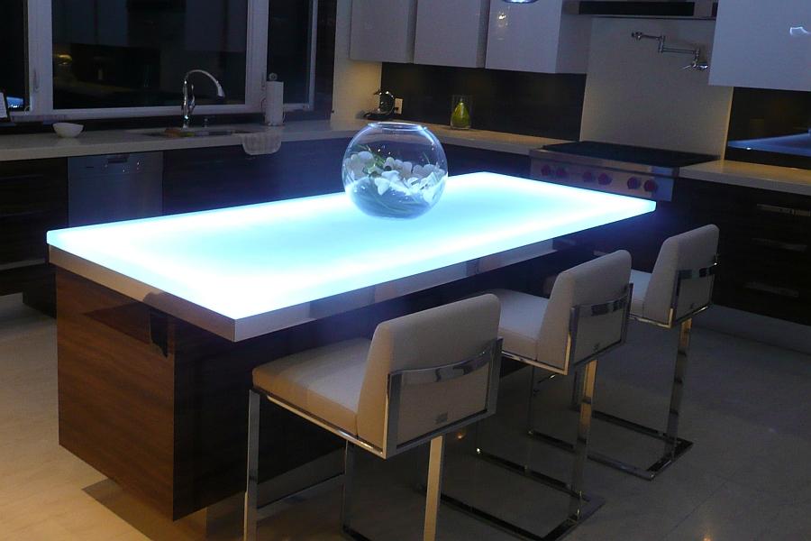 Светодиодная подсветка кухонной мебели – это отличная идея для современной кухни. Подсветка делает кухонный стол похожим на ледяной, океанический айсберг.