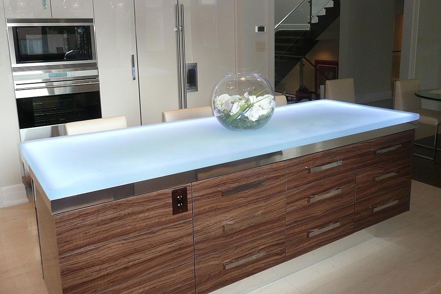 Современная кухня, оснащенная рабочим столом с прочной стеклянной поверхностью.