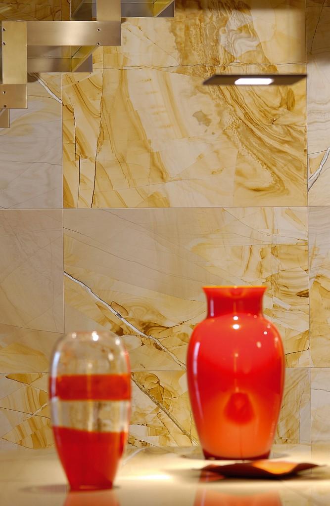 Усовершенствуйте вашу гостиную комнату отделкой стен натуральным камнем желтого цвета.