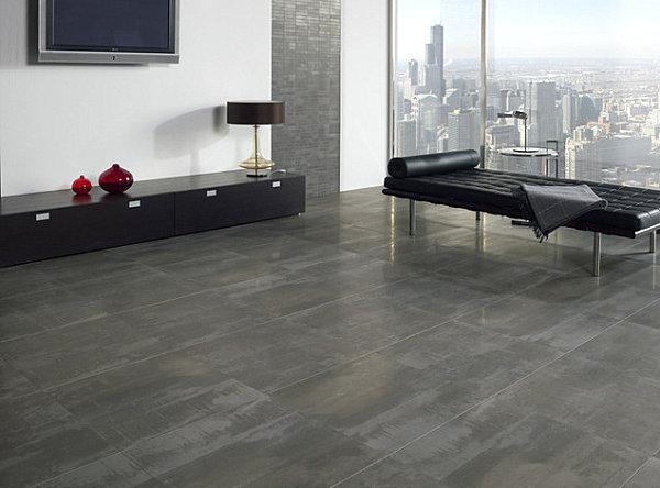 Матовая плитка серых тонов на полу и глянцевая – на стене.
