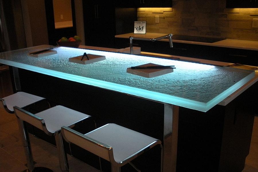 Голубая светодиодная подсветка и стеклянная поверхность делают кухонный стол визуально объемнее, а кухню - просторнее.