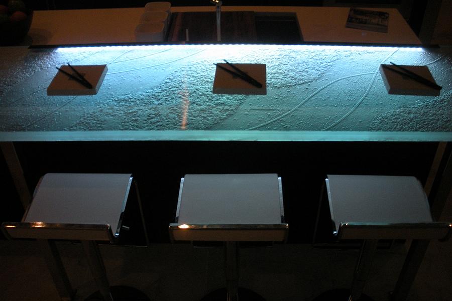 Холодное светодиодное освещение создает неповторимый эффект в вашей кухне.