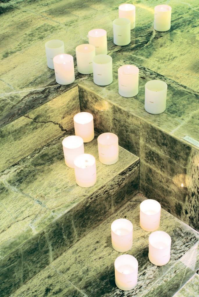 Пол из натурального камня – отличное украшение современной ванной комнаты и зоны спа. Обладает уникальными противомикробными и антибактериальными свойствами, а также не поддается воздействию огня, в отличие от пола из натурального дерева. Смело можете нежиться в джакузи при романтичном свете свечей, которые можно ставит прямо на пол и не бояться его возгорания.
