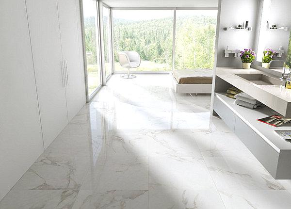 Пол ванной комнаты, выложенный крохотными мраморными кусочками мозаики.