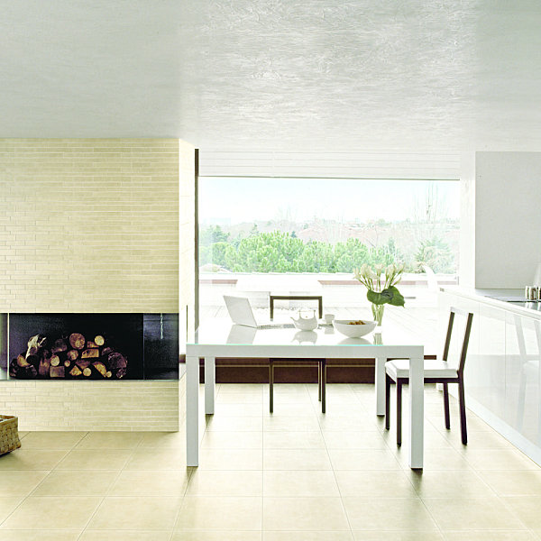 Напольное покрытие из фарфоровой плитки кремового цвета отлично сочетается с белым потолком, стенами, мебелью.