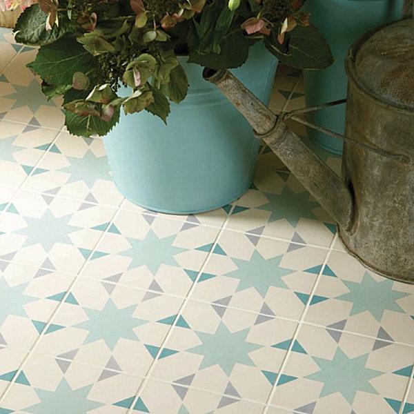 Узорчатая керамическая плитка светлых тонов - отличное дополнение для веранды.