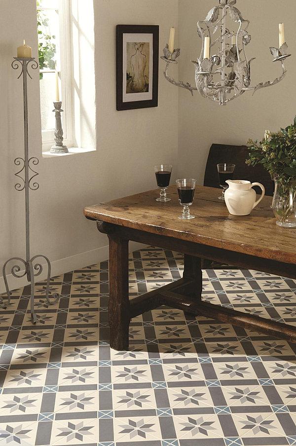 Керамическая плитка коричневых и бежевых тонов с витиеватыми узорами.