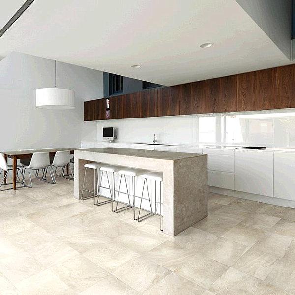 «Травертиновая» фарфоровая плитка, которая отлично подходит для покрытия пола в кухонной зоне.