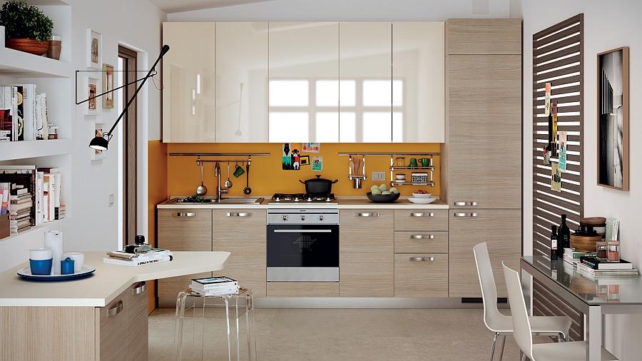Эта кухонная зона также выполнена в светлых тонах, которые оживляет задняя стенка рабочей зоны
