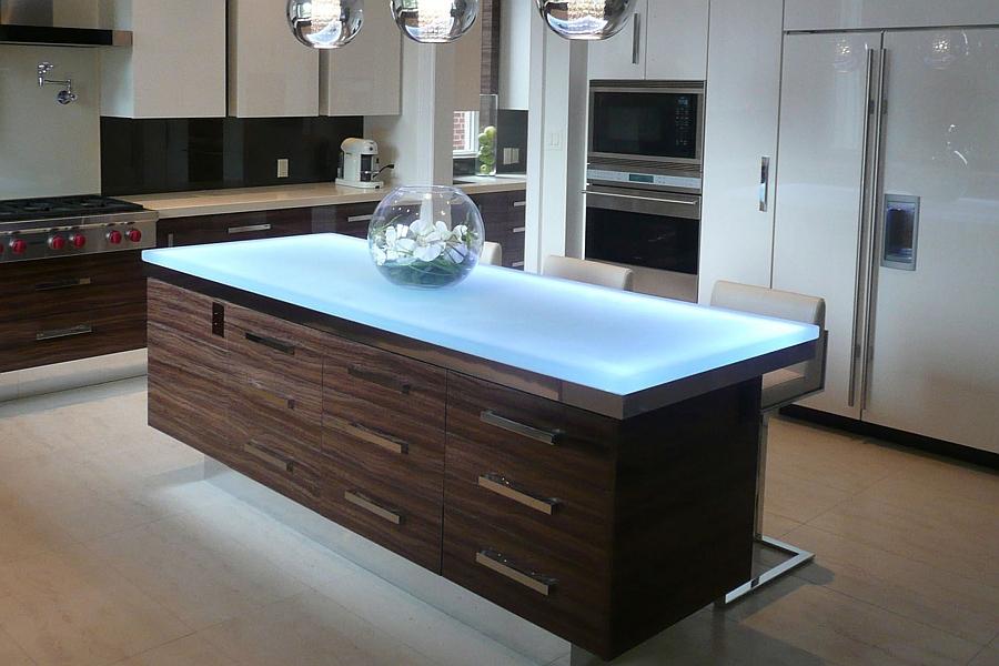 Великолепный кухонный стол со светодиодной подсветкой.