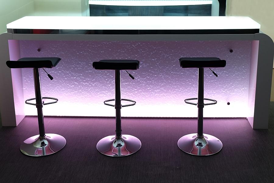 Модный стеклянный бар с гладкой поверхностью и светодиодной подсветкой.