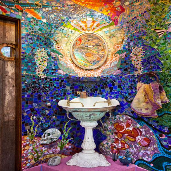 Оригинальная композиция из мозаики для ванной комнаты.