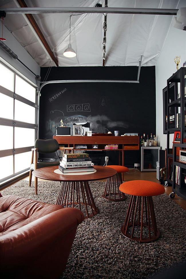 Индустриальный кабинет с яркими элементами оранжевого цвета.