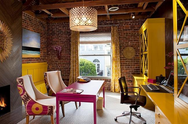 Яркий кабинет в индустриальном, минималистическом и эклектическом стилях.