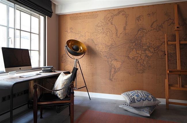 Бумажная карта на стене кабинета в индустриальном стиле.