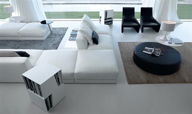 Стильная гостиная в черно-белых тонах с белым диваном.