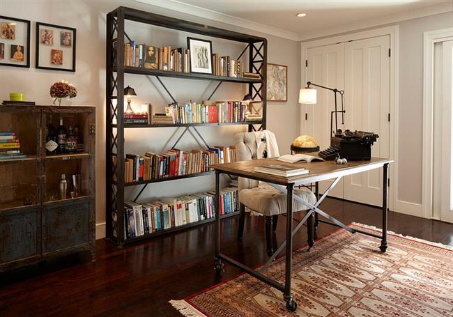 Книжная полка и письменный стол в индустриальном стиле.