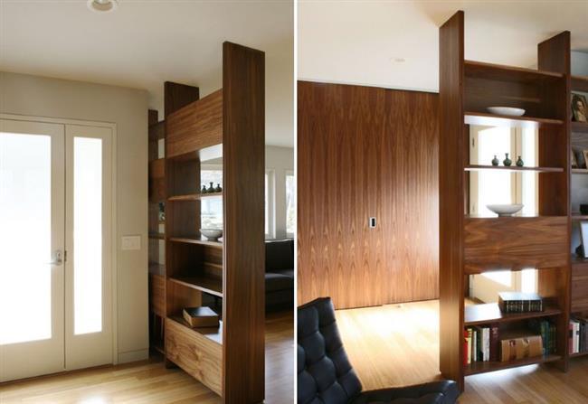 Прихожая, отделенная от других комнат дома книжными шкафами.