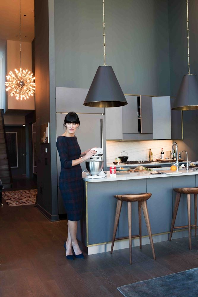 Дизайнер в своей стильной и элегантной кухне.