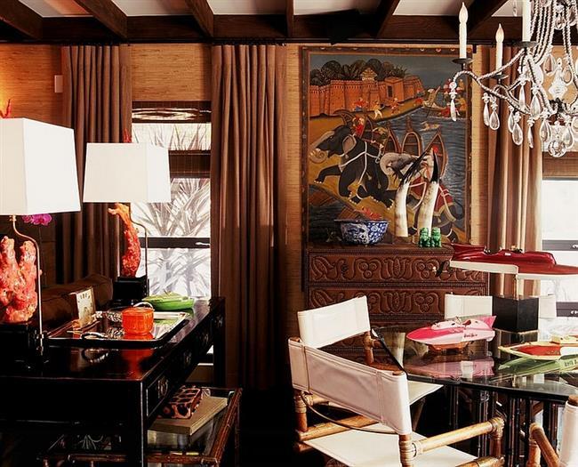 Необычная гостиная в экзотическом стиле с природными обоями.