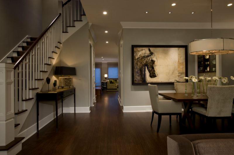 Уютная стильная гостиная, оформленная бамбуковым паркетом темных тонов.
