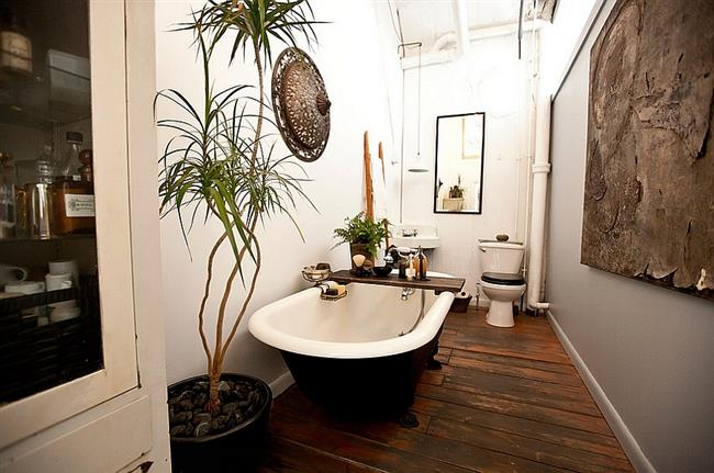 Черно-белая ванная с «когтистыми лапами» в стильной индустриальной ванной.