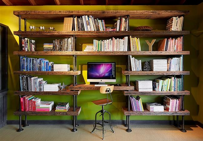 Индустриальные книжные полки и рабочий стол в интерьере.