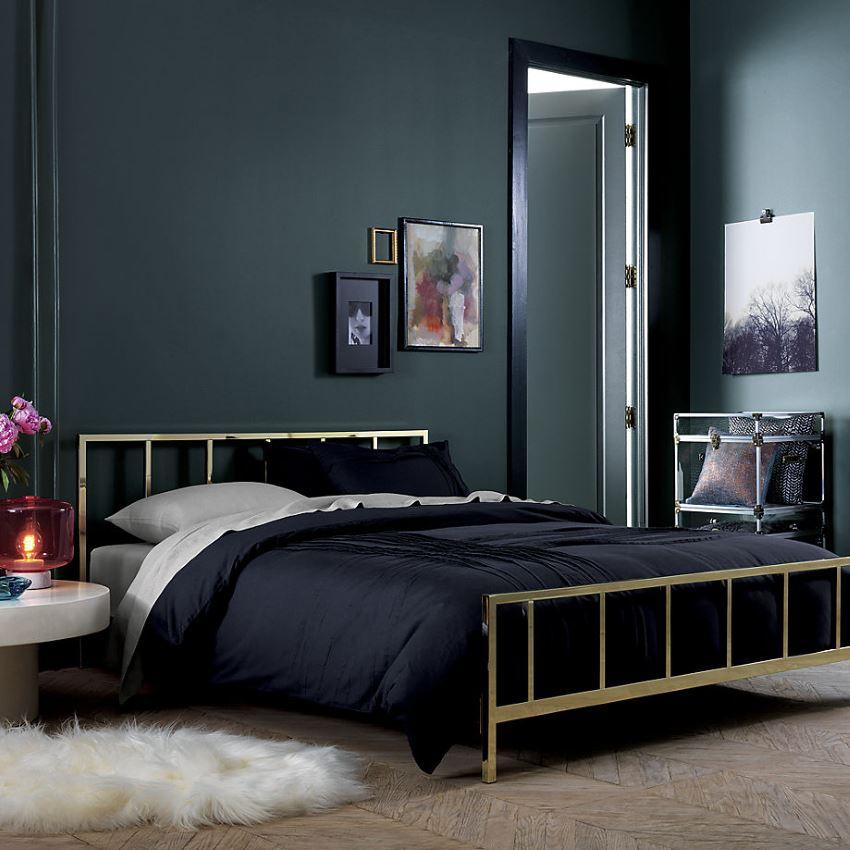 Стильная спальня в модных темных тонах.